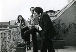 Dante Bighi e Pierre Restany al balcone dello studio di Milano